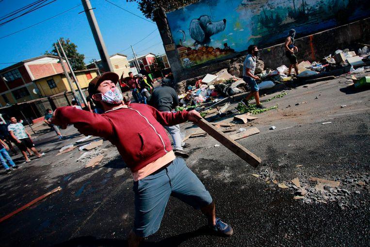 Honderden inwoners van El Bosque gingen maandag toch de straat op. Beeld AFP