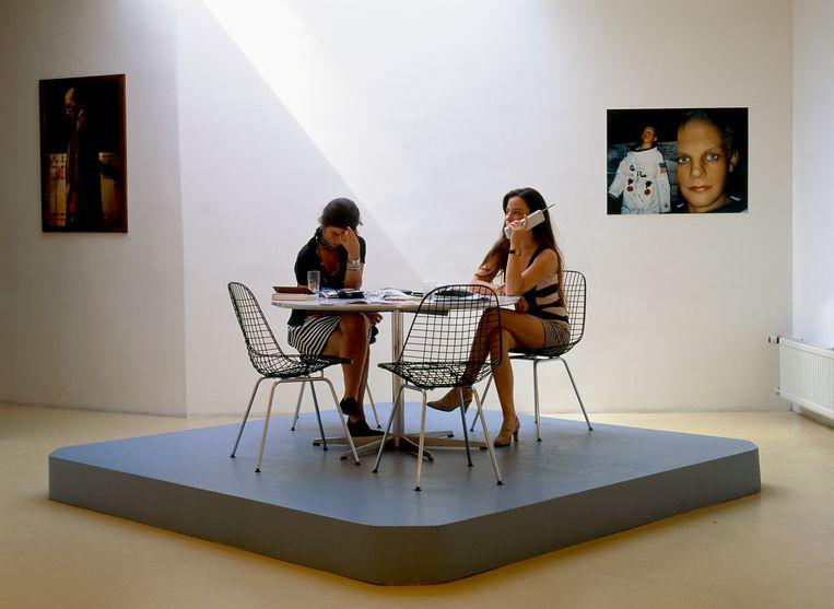 In Galerie Bloom, die Stigter in 1992 begon met Annet Gelink (links), 1993. Beeld Barbara Visser