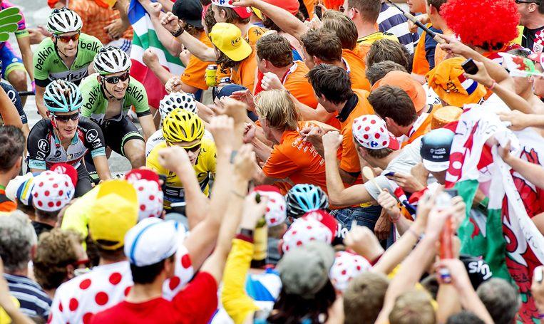 2013-07-18 ALPE D'HUEZ - Belkin rijder Bauke Mollema komt achter Sky renner Christopher Froome door de Hollandse bocht 7 op de Alpe d'Huez. Tijdens de 100e Tour de France wordt de beroemde berg in een etappe twee keer beklommen. ANP KOEN VAN WEEL Beeld ANP