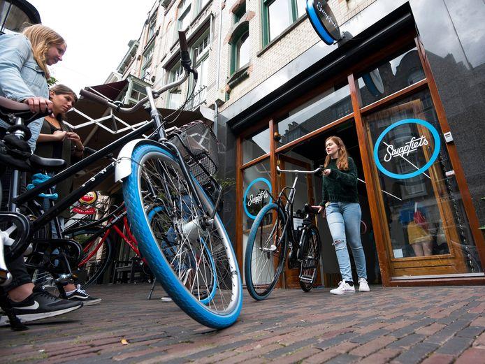 Utrecht - In de rij voor een Swapfiets met de kenmerkende blauwe voorband op het Oudkerkhof (Foto Marnix Schmidt)