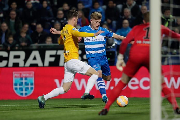 De Graafschap-aanvoerder Bart Straalman (links) probeert een voorzet van Zian Flemming van PEC Zwolle te blokken.