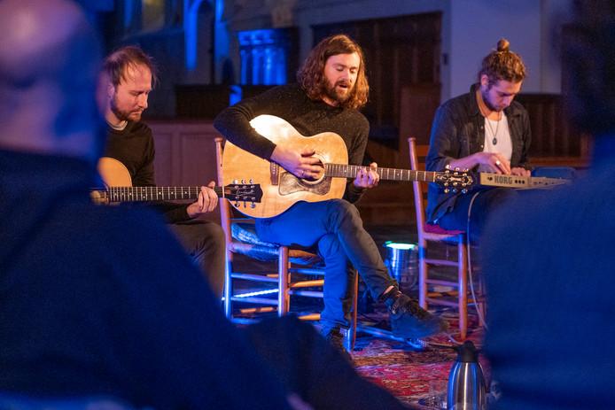 Een intiem optreden met Lucas Batteau (midden) in de Sint-Adriaanskerk in Dreischor.