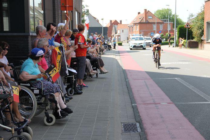 De Ingelmunsternaars kwamen massaal buiten om te supporteren voor Yves Lampaert, die vandaag een thuiswedstrijd reed.