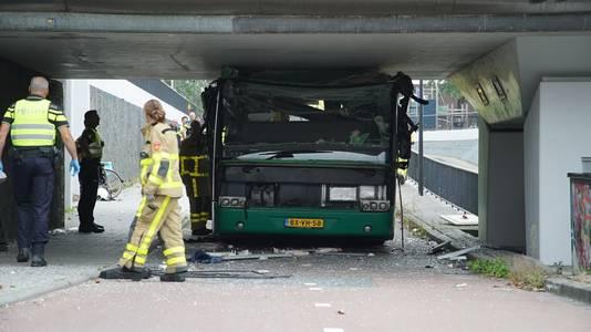 Een bus zit klemvast onder het viaduct in Apeldoorn.