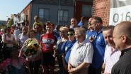 Fans vieren plaatselijke wielerheld na zege