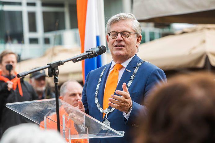 Burgemeester Charlie Aptroot draagt de Zoetermeerse ambtsketen over aan een waarnemend burgemeester.