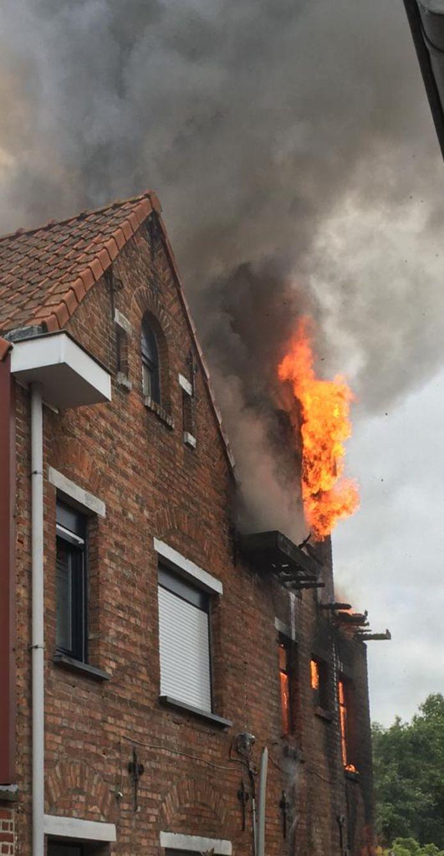 De vlammen sloegen al snel naar buiten.