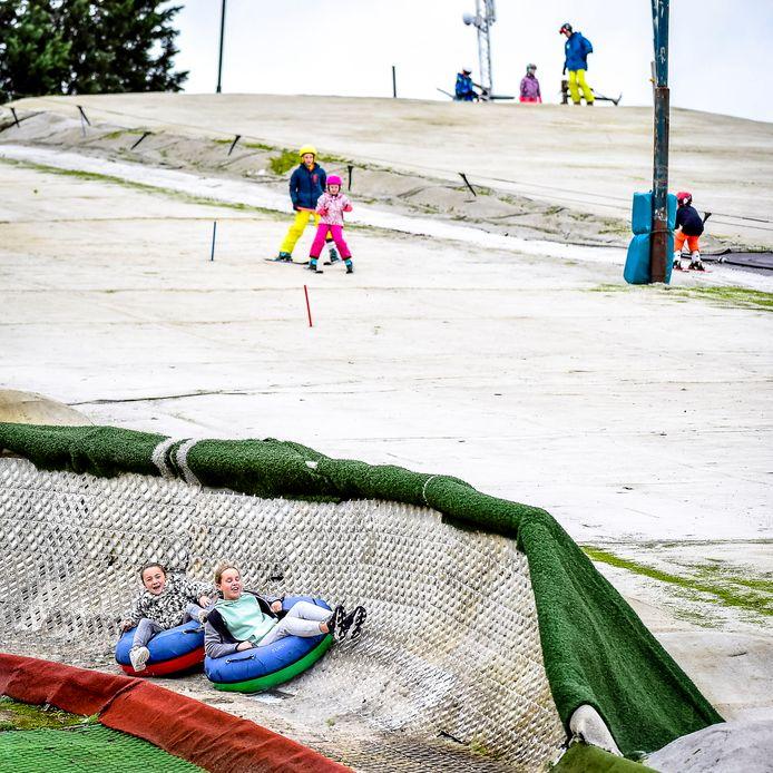 Outdoor Valley in Bergschenhoek vervangt de witte borstelmatten op de skihelling en van de tubebanen deze zomer voor groene exemplaren.
