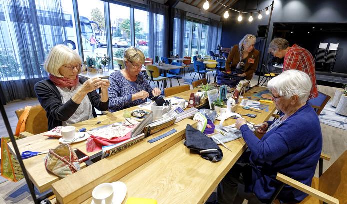 De dames van het Handwerkcafé Drunen aan de slag met de Tweedehansjes.