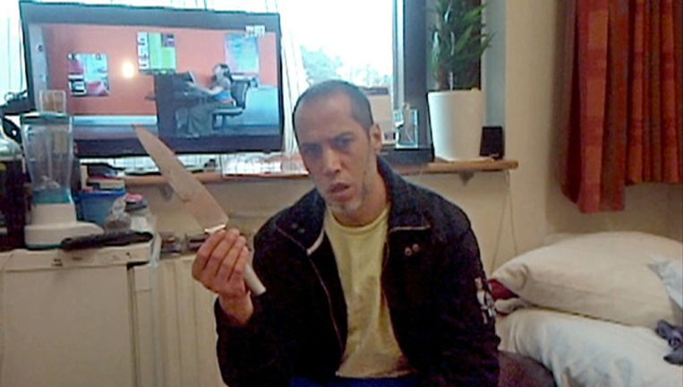 Een tbs'ers in kliniek de Rooyse Wissel in Venray toont een mes. Beeld EO