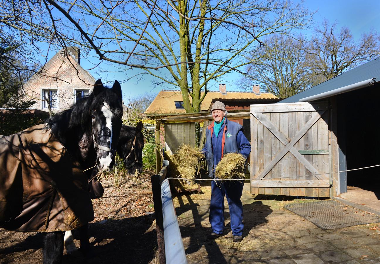 Piet Goossens moet van de rechter zijn paardenstal afbreken. Binnenkort is er een rechtszaak of hij en zijn vrouw in het huis mogen wonen.