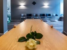 86 dagen lag meneer De B. dood in zijn appartement en bij zijn uitvaart bleven alle dertien stoelen leeg