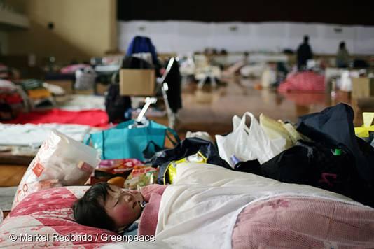 Een kind slaapt in het evacuatiecentrum van Yonezawa, 100 kilometer van het getroffen gebied. Foto is genomen vlak na de ramp.
