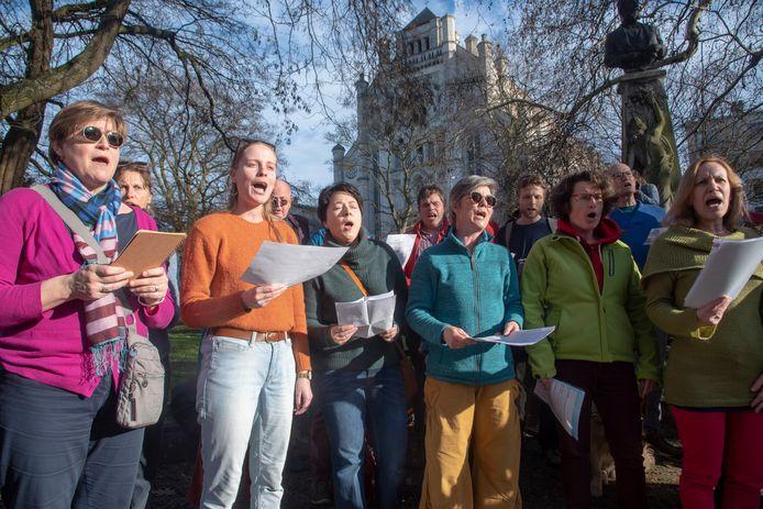 10.000 deelnemers voor Gentse klimaatmars. een wereldkoor zorgt voor een streep muziek aan Sint Anna.