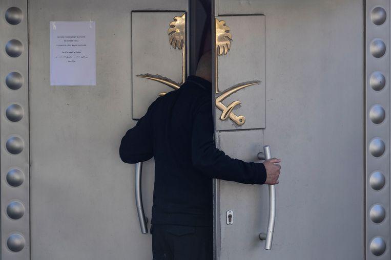 Een medewerker opent de deur van het Saudische consulaat in Istanbul, waar de journalist Jamal Khashoggi werd vermoord. Beeld EPA