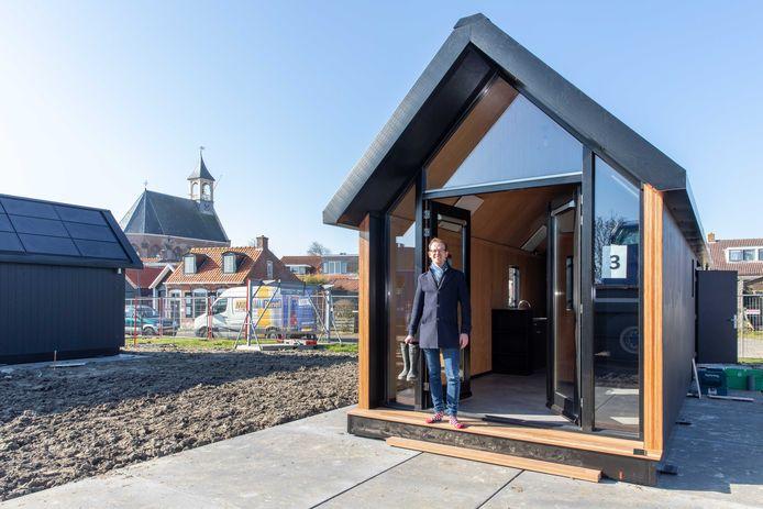 Maarten Besemer van Mill Home bij één van de tiny houses die hij leverde aan Beveland Wonen.
