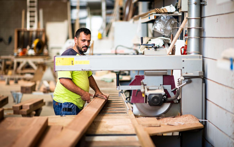 Medewerker Ahmed aan het werk bij BMN De Klerk in Hardinxveld-Giessendam.