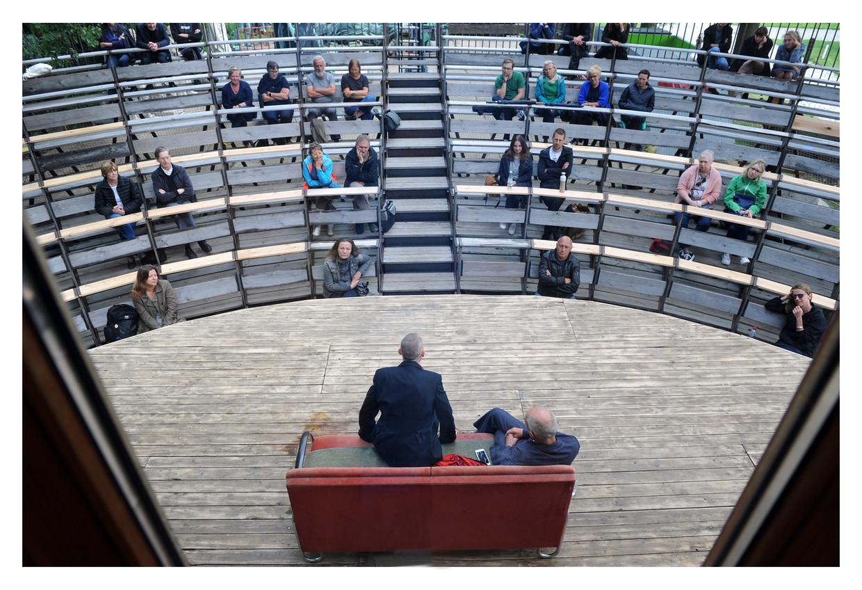 Comp.Marius voert voor een beperkt publiek 'Sit-Down Comedy #1 : Oude meesters' op in de buitenlucht van het Antwerpse Middelheimmuseum. Beeld Raymond Mallentjer