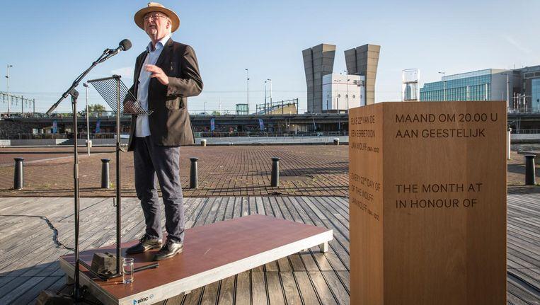Componist Louis Andriessen haalt herinneringen op aan Jan Wolff bij de onthulling van het klankmonument Beeld Dingena Mol
