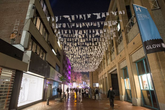 Tijdens een campagne tegen kindermishandeling werden in 2017 witte rompertjes opgehangen in de Eindhovense Jan van Lieshoutstraat (archieffoto).