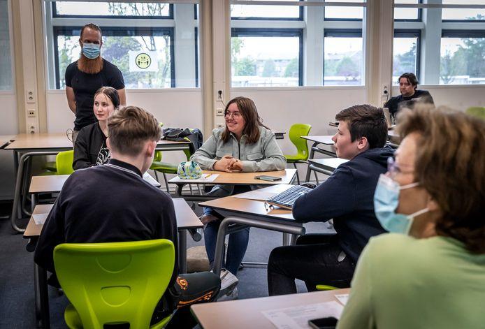Mavo 3-leerlingen van het BRAVO! College in Budel zijn druk bezig met het maken van presentaties voor hun plan .