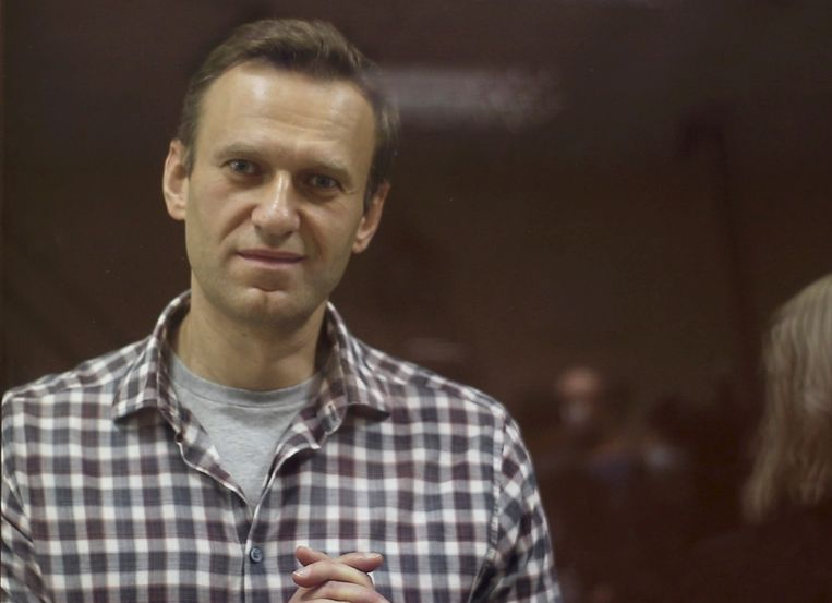 Aleksej Navalny in een Russische rechtbank. Beeld via REUTERS