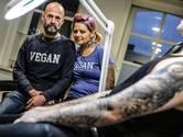 MC Buzze zet tattoos bij Cindy Frey