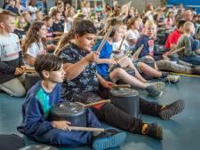 Kinderen trommelen er op los bij onthulling van naam voor schoolgebouw in Goes