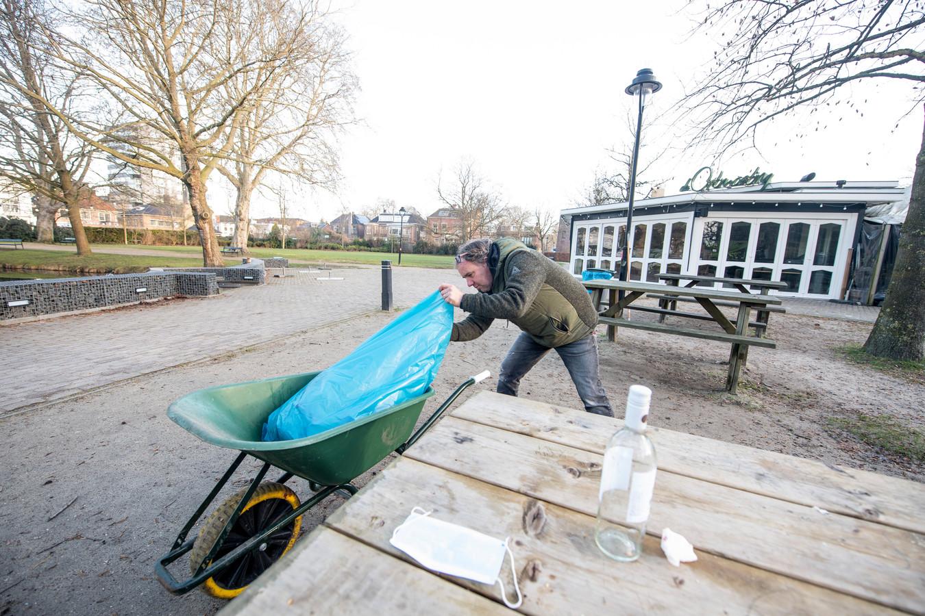 Clemens Falkmann op zijn dagelijkse ronde door het park, op de achtergrond zijn Paviljoen De Ontmoeting. Niet iedereen ruimt zijn afval op.
