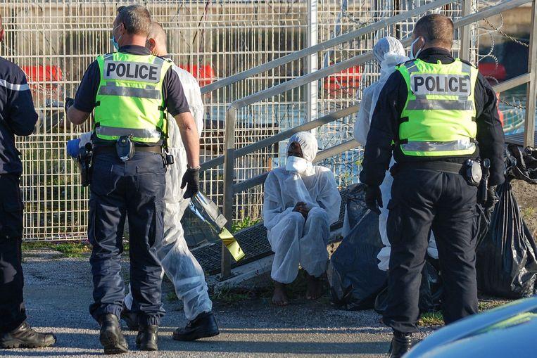 Politieagenten vangen migranten op die bij het oversteken van Het Kanaal in moeilijkheden zijn gekomen. Beeld AFP