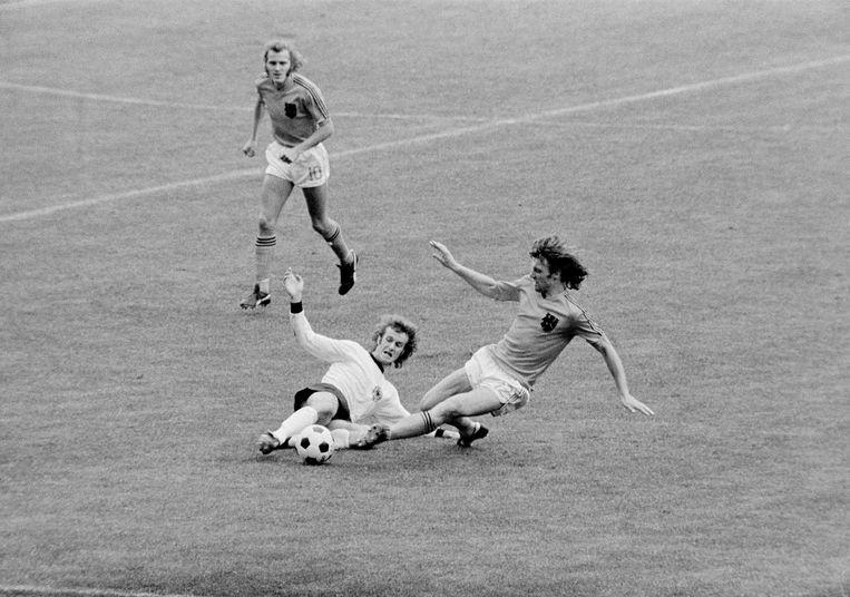Ruud Krol zet een sliding in tijdens de WK-finale van 1974 tegen West-Duitsland. Beeld Hans Heus