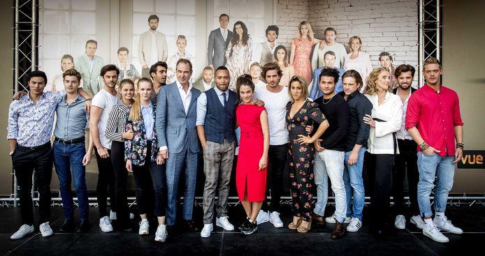 De cast op het podium tijdens de seizoenspremière van Goede Tijden, Slechte Tijden.