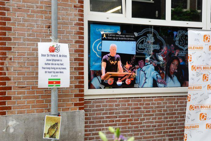 Op zaterdag 10 juli legden veel mensen bloemen neer voor Peter R. de Vries. Op de Lange Leidsedwarsstraat in Amsterdam werd de misdaadverslaggever neergeschoten. Er werden ook enkele posters en kaartjes opgehangen.