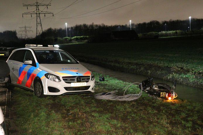 De koperdief raakt mer zijn scooter de auto van de politie.