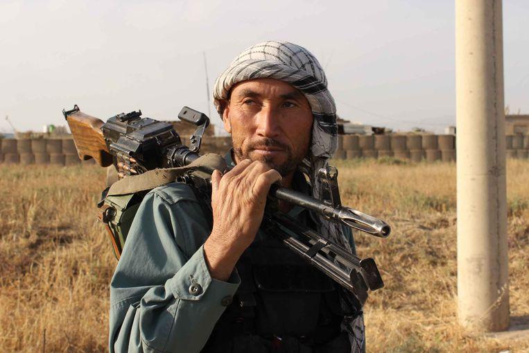 Een Afghaanse politieman wordt gemobiliseerd voor de strijd tegen de taliban.