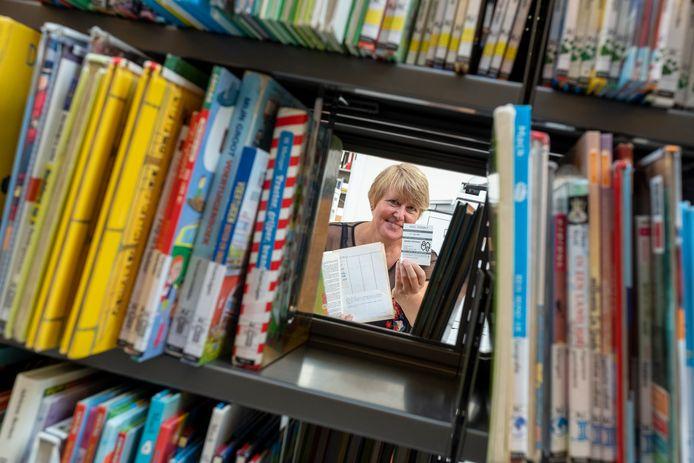Een medewerkster van de bibliotheek toont het boekje dat vier decennia te laat werd ingeleverd.