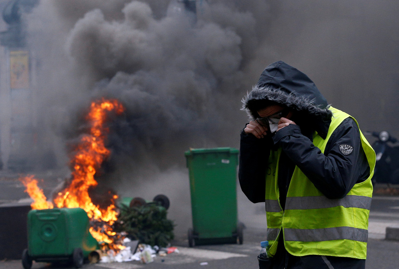 Een demonstrant met een 'geel hesje' tijdens een confrontatie met de politie in Parijs op zaterdag.
