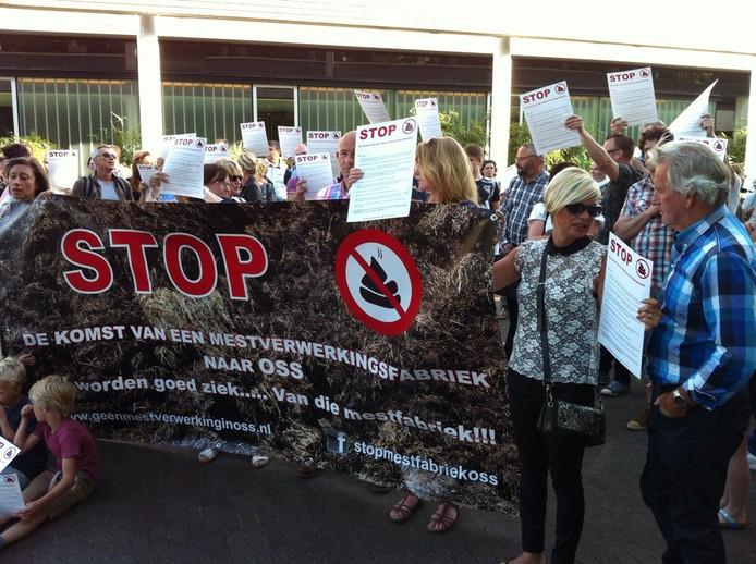 Twee demonstraties tegelijk voor het gemeentehuis in Oss. 1 tegen mestfabriek, ander tegen windturbines.