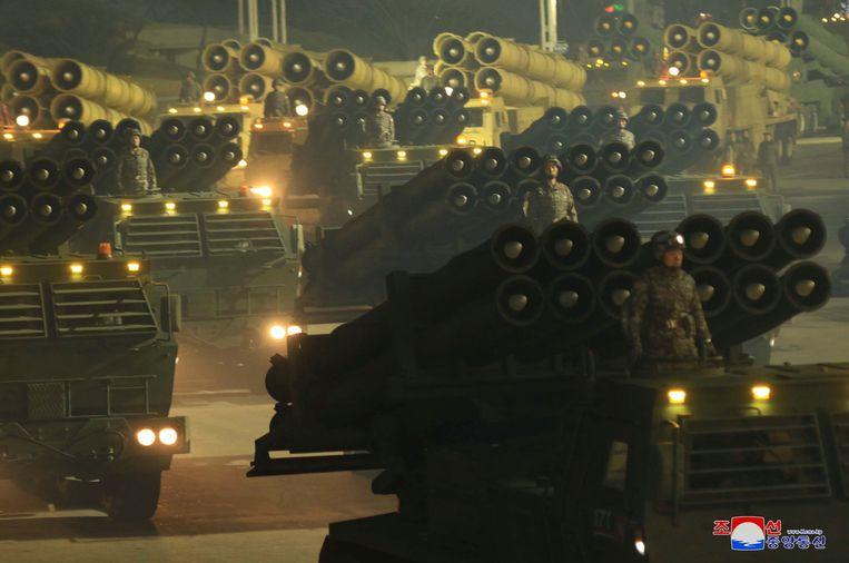 Beeld van de militaire parade op de Noord-Koreaanse staatstelevisie.  Beeld AP