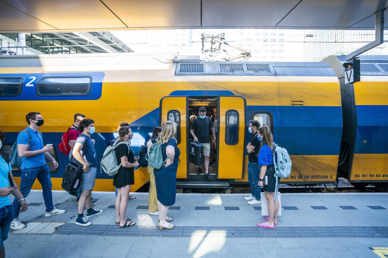 Reizigers in de ochtendspits op station Utrecht Centraal. De NS laat weer vrijwel alle treinen rijden. Beeld ANP