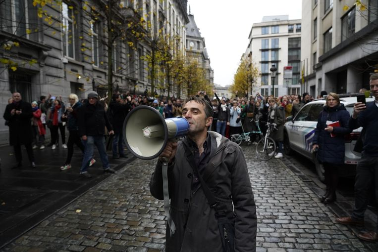Michael Pas treedt op als woordvoerder van de acteurs, die met honderden naar het Vlaams Parlement zijn afgezakt om te protesteren. Beeld Eric De Mildt