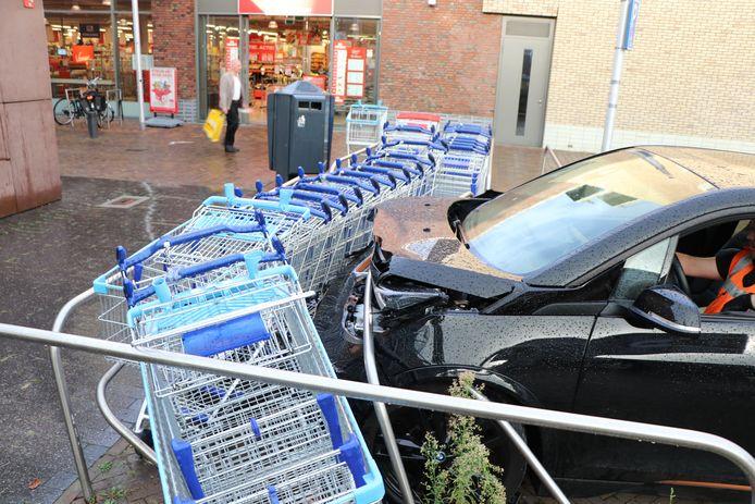 De auto crasht tegen winkelwagenstalling in Terwijde.