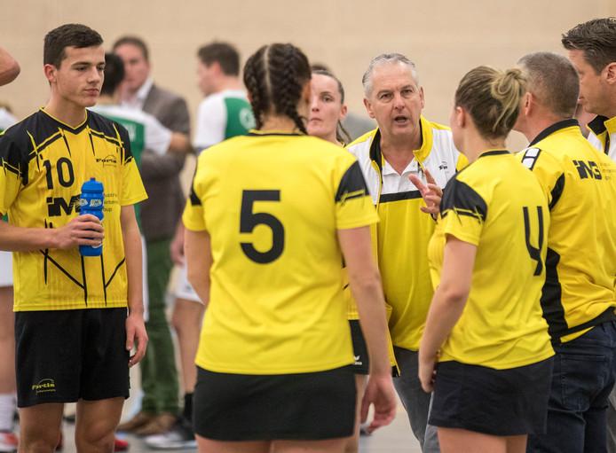 Coach Peter Crucq met de spelers van Fortis om zich heen verzameld.