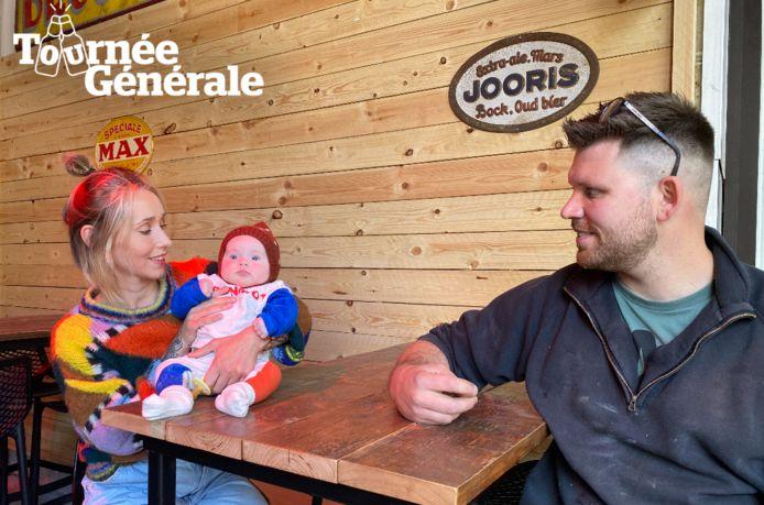 Orfee De Backer en Stephane Wauters van café Wauters in Lede met hun pasgeboren dochter Luz.