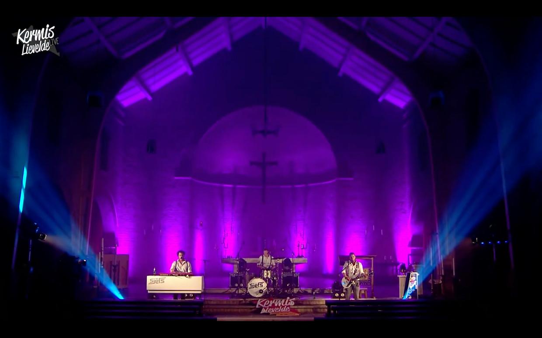 Het optreden van The Sjefs in Lievelde was live op internet te volgen.
