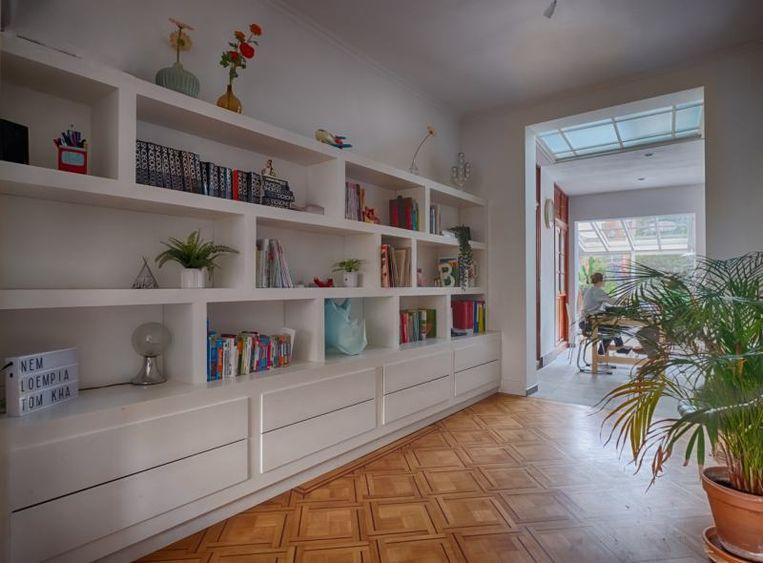 """Ook de massieve boekenkast in de woonkamer is een eigen ontwerp van Ruben. """"Het hout kostte zo'n 800 euro. Het heeft een tijdje geduurd, maar ik ben wel heel tevreden met het resultaat."""""""