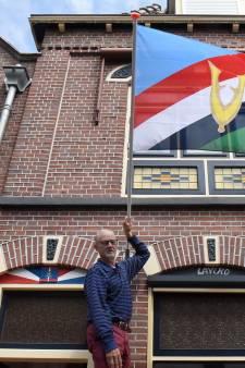 Ex-marinier Marcel (72) hangt nu al de nieuwe Veteranenvlag uit: 'Veteraan zijn is hier iets negatiefs'