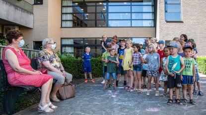 Kinderen buitenschoolse opvang zingen voor bezoekers De Welle