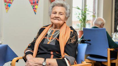 Feest in rusthuis Herfstdroom: Hilda blaast 100 kaarsjes uit