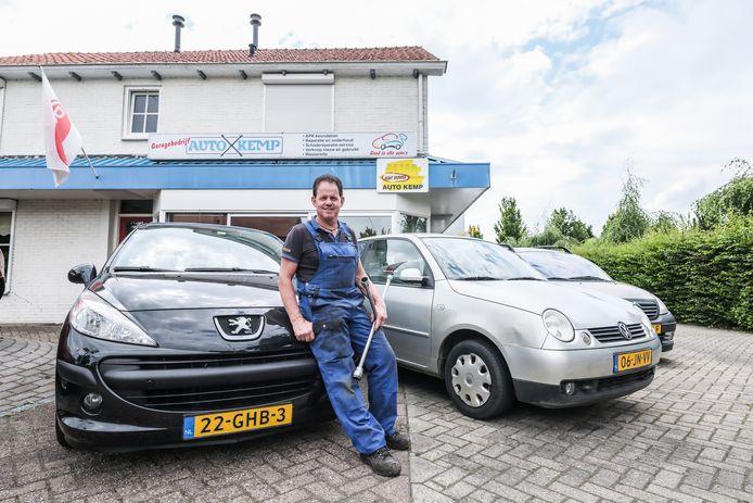 Op de plek van autogarage Kemp in Keijenborg moeten woningen komen, aangezien eigenaar Jan Kemp (foto) geen opvolger heeft voor zijn bedrijf.